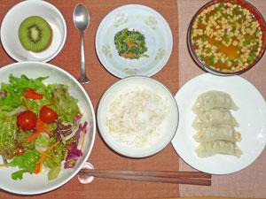 ご飯,餃子,サラダ,ほうれん草の胡麻和え,豆腐の納豆汁,キウイフルーツ