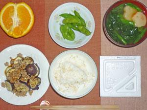 納豆ご飯,焼きナス,枝豆,ほうれん草のみそ汁,オレンジ