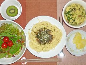 スパゲティ・キノコソース,サラダ,蒸しジャガ,玉子スープ,キウイフルーツ