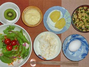 玉子かけご飯,サラダ,蒸しジャガ,豆腐のお餅,納豆汁,キウイフルーツ