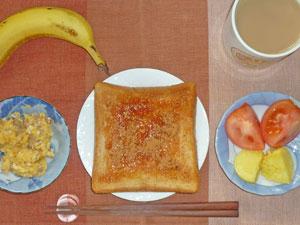 イチゴジャムトースト,トマト,蒸しジャガ,スクランブルエッグ,バナナ,コーヒー