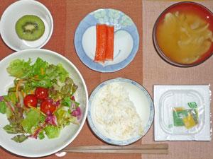 納豆ご飯,サラダ,カニ風味かまぼこ,玉ねぎのみそ汁,キウイフルーツ