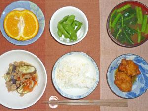 ご飯,鶏の唐揚げ,焼きナスと焼きトマトオリーブオイルがけ,枝豆,ほうれん草とワカメのみそ汁,オレンジ