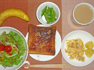 イチゴジャムトースト,サラダ,スクランブルエッグ,蒸しジャガ、枝豆,バナナ,コーヒー