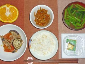 納豆ご飯,焼きナスと焼きトマトオリーブオイルがけ,キンピラゴボウ,ほうれん草のみそ汁,オレンジ