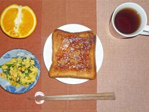 イチゴジャムシナモントースト,ほうれん草入りスクランブルエッグ,オレンジ,紅茶