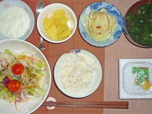 納豆ご飯,サラダ,蒸しキャベツ,蒸しジャガ,ほうれん草のみそ汁,ヨーグルト