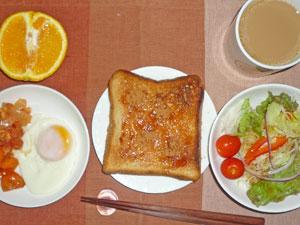 イチゴジャムトースト,サラダ,目玉焼き,ニンジングラッセ,鶏の胸肉のトマト煮込み,コーヒー,オレンジ
