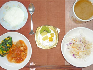 チーズケーキ,鶏のトマト煮込み,大根サラダ,ほうれん草のソテー,ヨーグルト,コーヒー