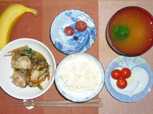ご飯,鶏と野菜の蒸し煮,トマト,梅干し,ブロッコリーのみそ汁,バナナ