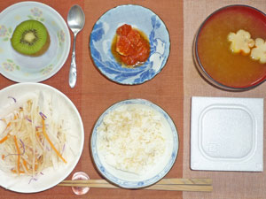 納豆ご飯,大根サラダ,鶏のトマト煮込み,みそ汁,キウイフルーツ