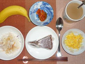 チョコレートケーキ,大根サラダ,スクランブルエッグ,鶏のトマト煮込み,バナナ,コーヒー