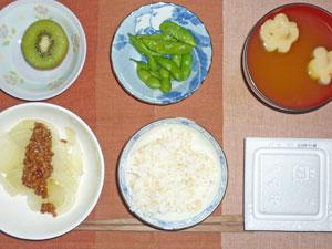 納豆ご飯,焼き玉ねぎの高きびソースがけ,枝豆,お麩のみそ汁,キウイフルーツ