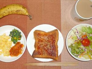 イチゴジャムトースト,スクランブルエッグ,鶏のトマト煮込み,ほうれんそうのソテー,サラダ,コーヒー,バナナ
