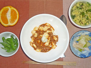 麻婆豆腐丼,白菜の漬物,枝豆,玉子スープ,オレンジ