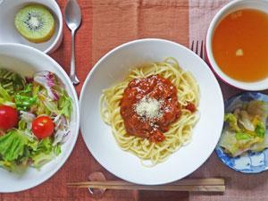 スパゲティ・ミートソース,サラダ,漬物,コンソメスープ,キウイフルーツ