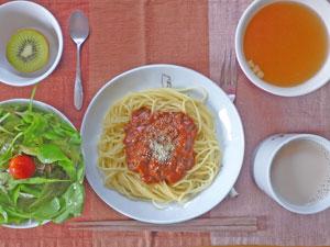 スパゲッティ・ミートソース,サラダ,スープ,キウイフルーツ,ミルクティー