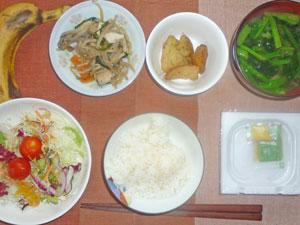 納豆ご飯,サラダ,鶏の野菜蒸し,あげジャガ,みそ汁,バナナ,コーヒー