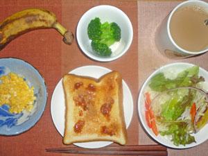 イチゴジャムトースト,サラダ,スクランブルエッグ,蒸しブロッコリー,バナナ,コーヒー