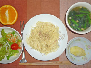 スパゲティ・カルボナーラ,サラダ,ほうれん草のスープ,蒸しジャガ,オレンジ