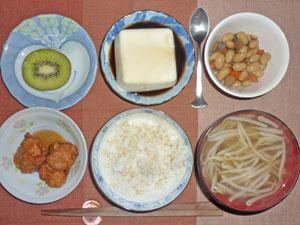ご飯,鶏のから揚げ,湯豆腐,煮豆,もやしのみそ汁,キウイフルーツ