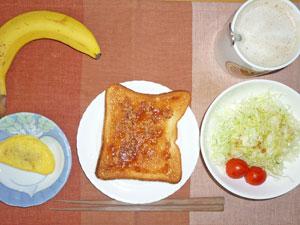 イチゴジャムトースト,ミートオムレツ,サラダ,バナナ,コーヒー