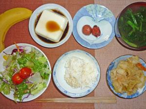 ご飯,梅干し,豆腐,野菜炒め,サラダ,ほうれん草のみそ汁,バナナ