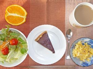 チョコレートケーキ,スクランブルエッグ,サラダ,オレンジ,コーヒー