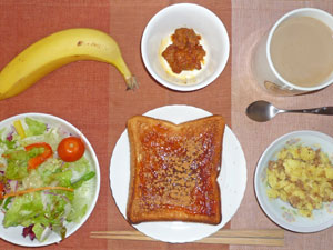 イチゴジャムトースト,鶏のから揚げ,サラダ,ひき肉とジャガイモの混ぜ物,バナナ,コーヒー