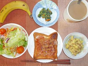 イチゴジャムトースト,サラダ,ほうれん草の胡麻和え,ジャガイモとひき肉の和え物,バナナ,コーヒー