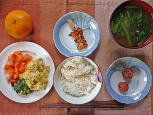 ご飯,梅干し,人参グラッセ,ほうれん草のソテー,ジャガイモ,焼き鳥,ほうれん草のみそ汁,ミカン