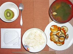納豆ご飯,焼きナス,ワカメのみそ汁,キウイフルーツ