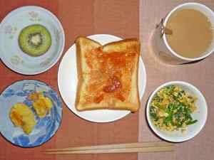 イチゴジャムトースト,ほうれん草入りスクランブルエッグ,蒸しジャガ,キウイフルーツ,コーヒー