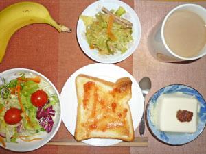 イチゴジャムトースト,サラダ,豆腐の肉みそ添え,サラダ,蒸し野菜,バナナ,コーヒー