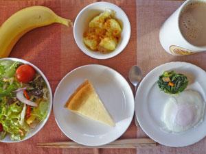 チーズケーキ,サラダ,目玉焼き,ほうれん草のソテー,蒸しジャガ,バナナ,コーヒー