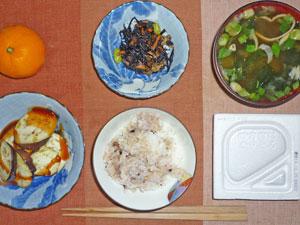 納豆ご飯,焼きナス,ヒジキの煮物,ワカメのみそ汁,ミカン