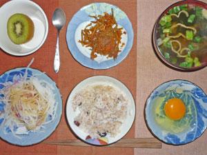 卵かけご飯,大根のサラダ,キンピラゴボウ,ワカメのみそ汁,キウイフルーツ
