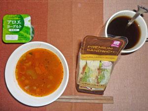 サンドイッチ,ミネストローネスープ,ヨーグルト,麦茶