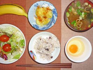 卵かけご飯,サラダ,蒸しジャガ,みそ汁,バナナ