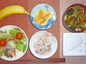 納豆ご飯,サラダ,蒸しジャガ,みそ汁,バナナ