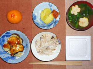 納豆ご飯,蒸しじゃがトマトソース,焼きなす,ほうれん草とワカメのみそ汁,ミカン