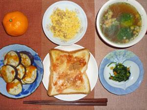イチゴジャムトースト,焼きナス,ほうれん草のソテー,スクランブルエッグ,ブロッコリーのスープ,ミカン