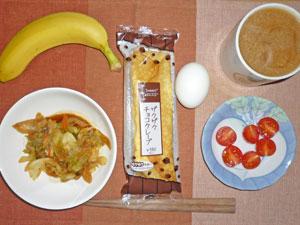 チョコクレープ,キャベツと人参の肉みそ炒め,トマト,ゆで卵,バナナ,コーヒー