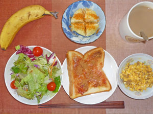 イチゴジャムトースト,サラダ,蒸しジャガ,スクランブルエッグ,バナナ,コーヒー