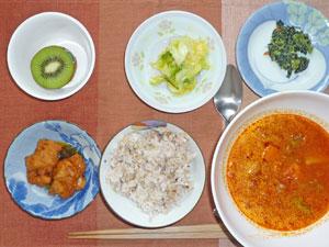 ご飯,鶏のから揚げ,ミネストローネスープ,白菜の漬物,ほうれん草の胡麻和え,キウイフルーツ