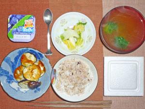 納豆ご飯,焼きナス,白菜の漬物,ブロッコリーのみそ汁,ヨーグルト