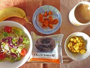 ドーナツ,サラダ,ニンジンの煮物,スクランブルエッグ,バナナ,コーヒー
