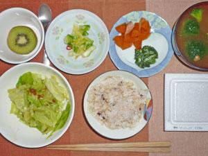 納豆ご飯,キャベツの肉みそ和え,白菜の漬物,ニンジンとほうれん草の煮物,ブロッコリーのおみそ汁,キウイフルーツ