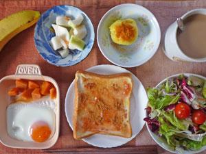 イチゴジャムトースト,サラダ,蒸しじゃが,目玉焼き,ニンジンの煮物,大根の漬物,バナナ,コーヒー