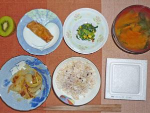 納豆ご飯,玉ねぎの肉みそ和え,春巻き,ほうれん草のソテー,ニンジンとワカメのみそ汁,キウイフルーツ